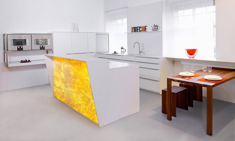 Küche mit hinterleuchteten Marmor - Lang Küchen AG