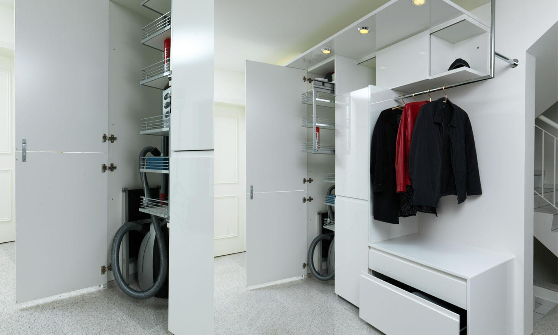 Garderobe kombiniert mit Putzschrank - Lang Küchen AG